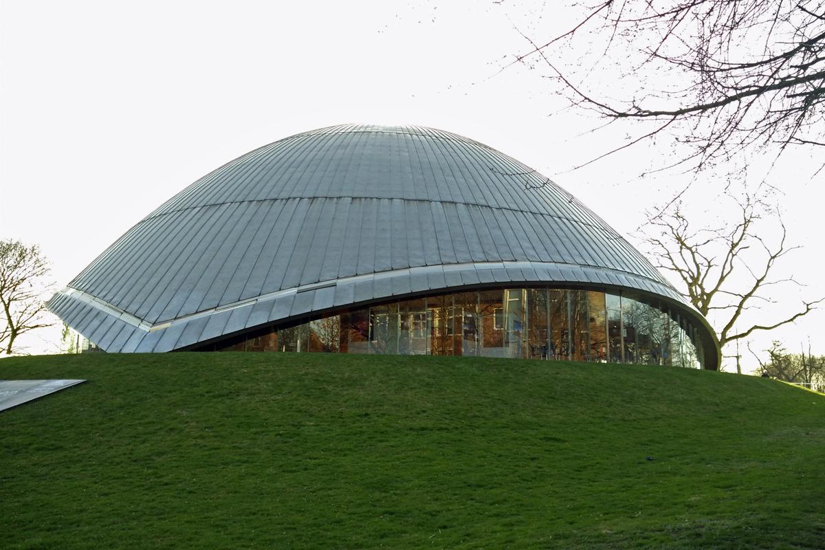 Das Foto zeigt das Zeiss Planetarium in Bochum von außen.