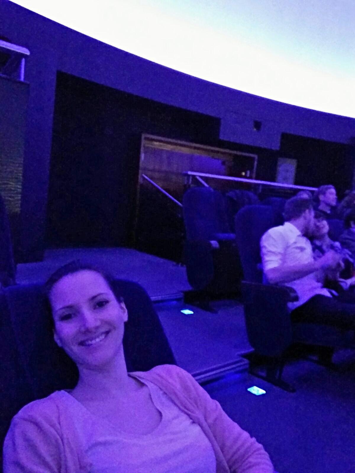 Das Foto zeigt Laura, die Autorin des Blogartikels, im Innenraum des Zeiss Planetariums in Bochum.