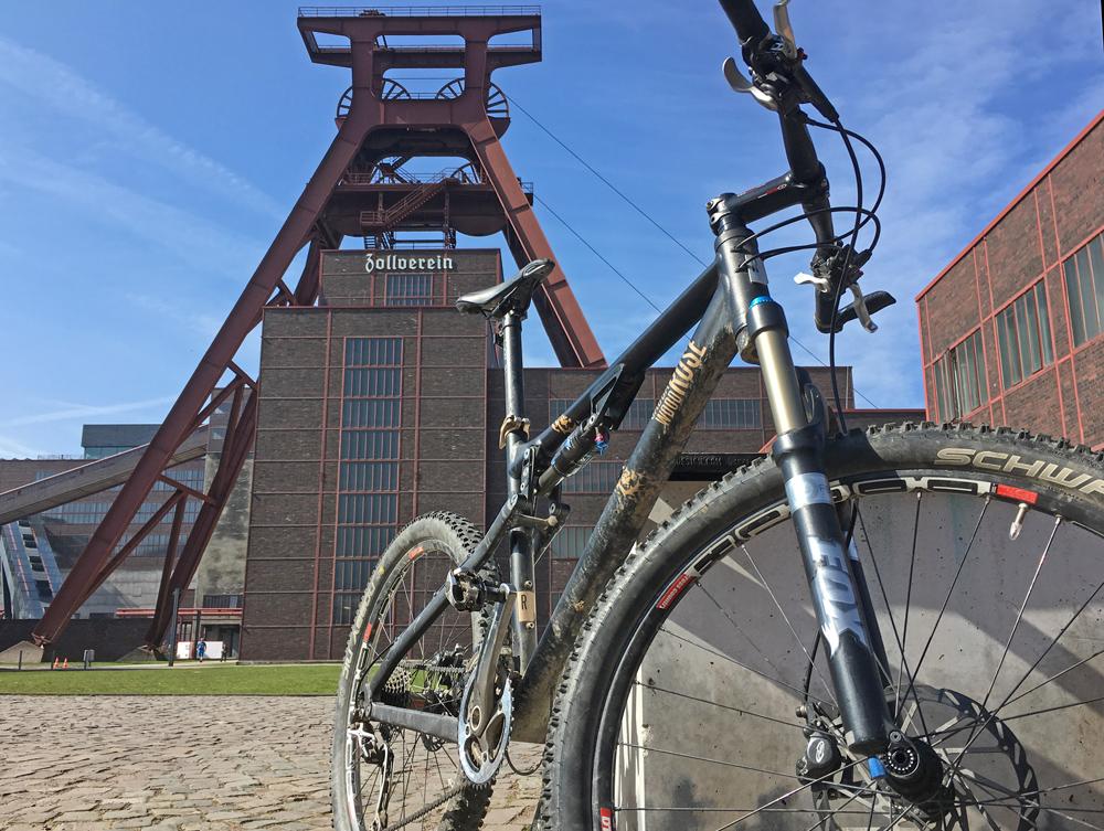 Mountainbike vor der Zeche Zollverein