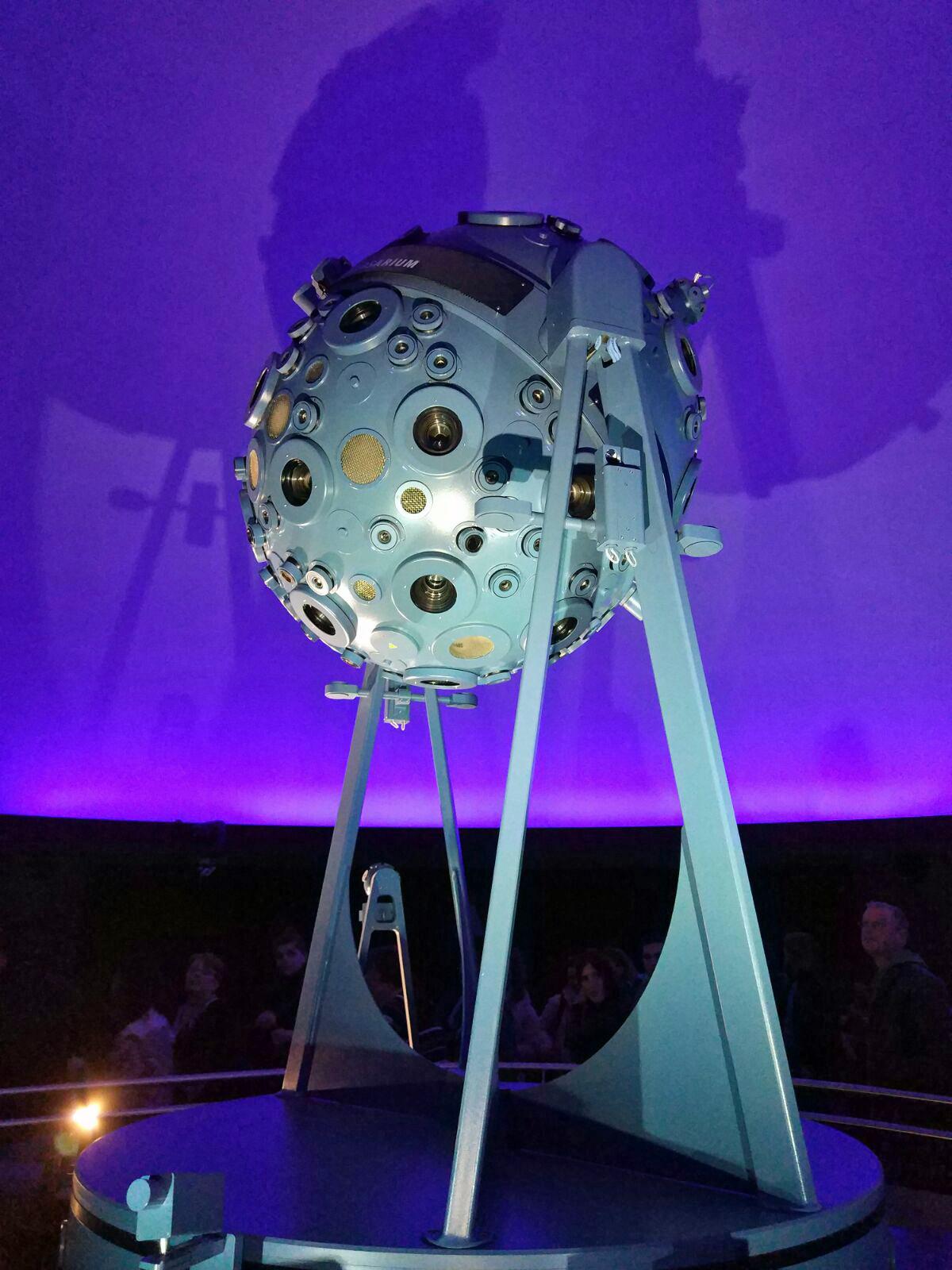 Das Foto zeigt den Projektor im Innenraum des Zeiss Planetariums in Bochum.