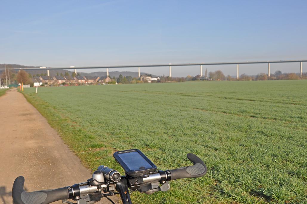 Das Foto zeigt ein Fahrrad vor der Autobahnbrücke der A52 als spektakulärer Blickfang das radrevier.ruhr im Ruhrtal.