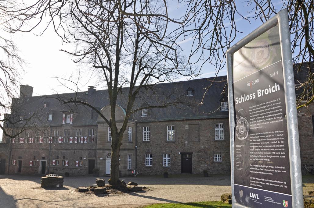 Das Foto zeigt das historische Schloss Broich in Mülheim an der Ruhr, das während der Radtour durchs radrevier.ruhr passiert wird.