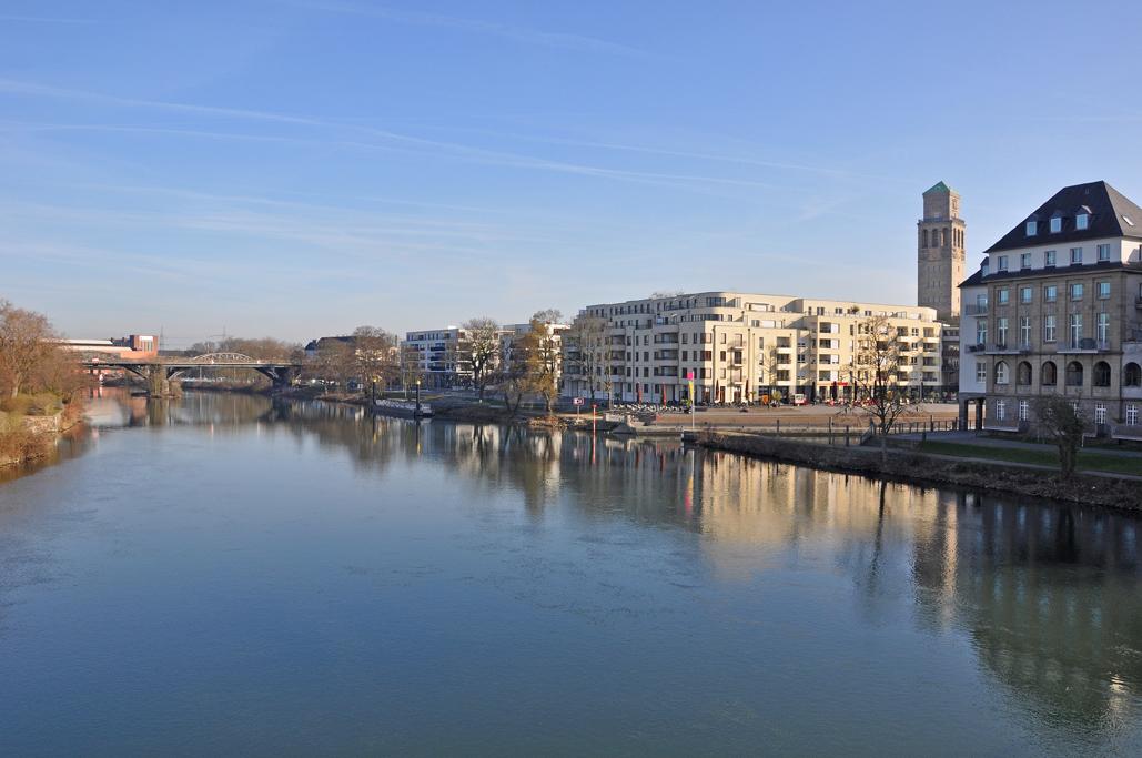 Das Foto zeigt die Ruhr in Mülheim an der Ruhr mit einigen Häusern am Wegesrand.