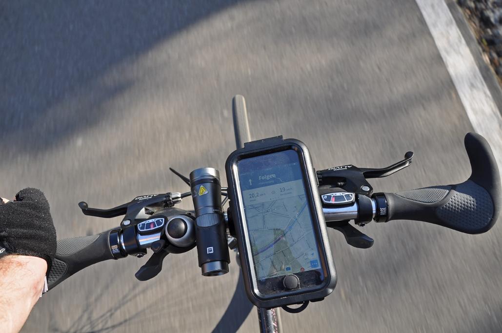 Das Foto zeigt den Lenker des Fahrrads auf dem RS1 im radrevier.ruhr inklusive Navigation per GPS-Daten.