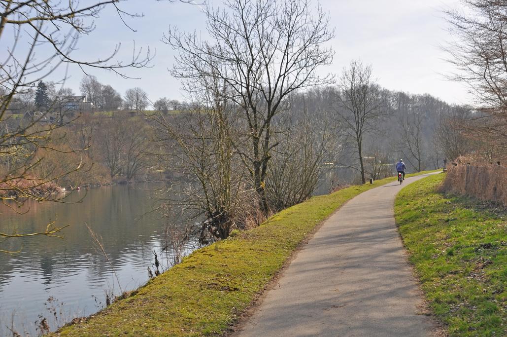 Das Foto zeigt den Treidelpfad an der Ruhr, ein Stück des RuhrtalRadwegs, der im radrevier.ruhr zum Baldeneysee nach Essen führt.