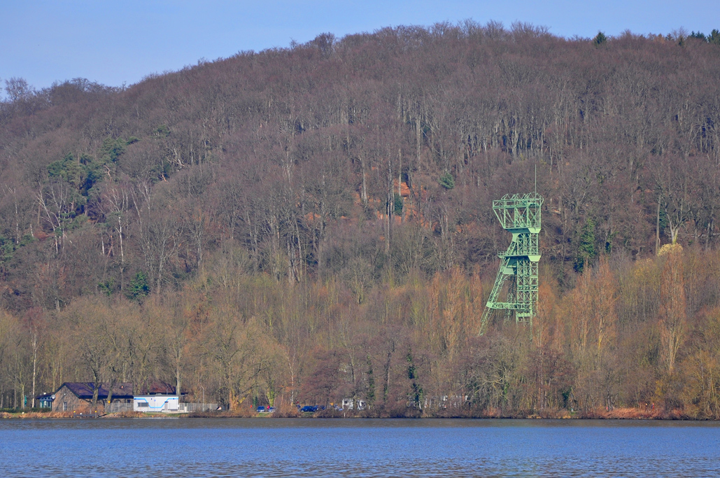 Das Foto zeigt den sich auf der gegenüberliegenden Uferseite des Baldeneysees in Essen befindenden Zechenturm Karl Funke.