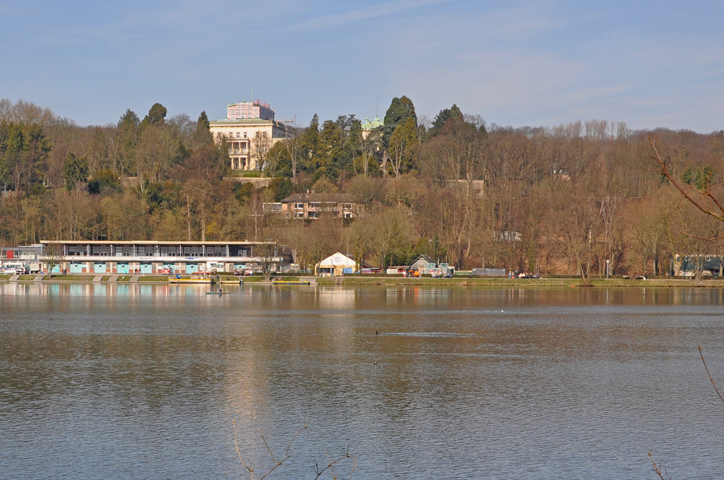 Das Foto zeigt vom Ufer des Baldeneysees in Essen aus die weltbekannte Villa Hügel der Familie Krupp.