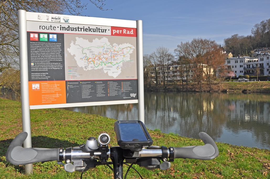 Das Foto zeigt ein Hinweisschild der Route der Industriekultur per Rad im radrevier.ruhr an der Ruhr bei Essen.