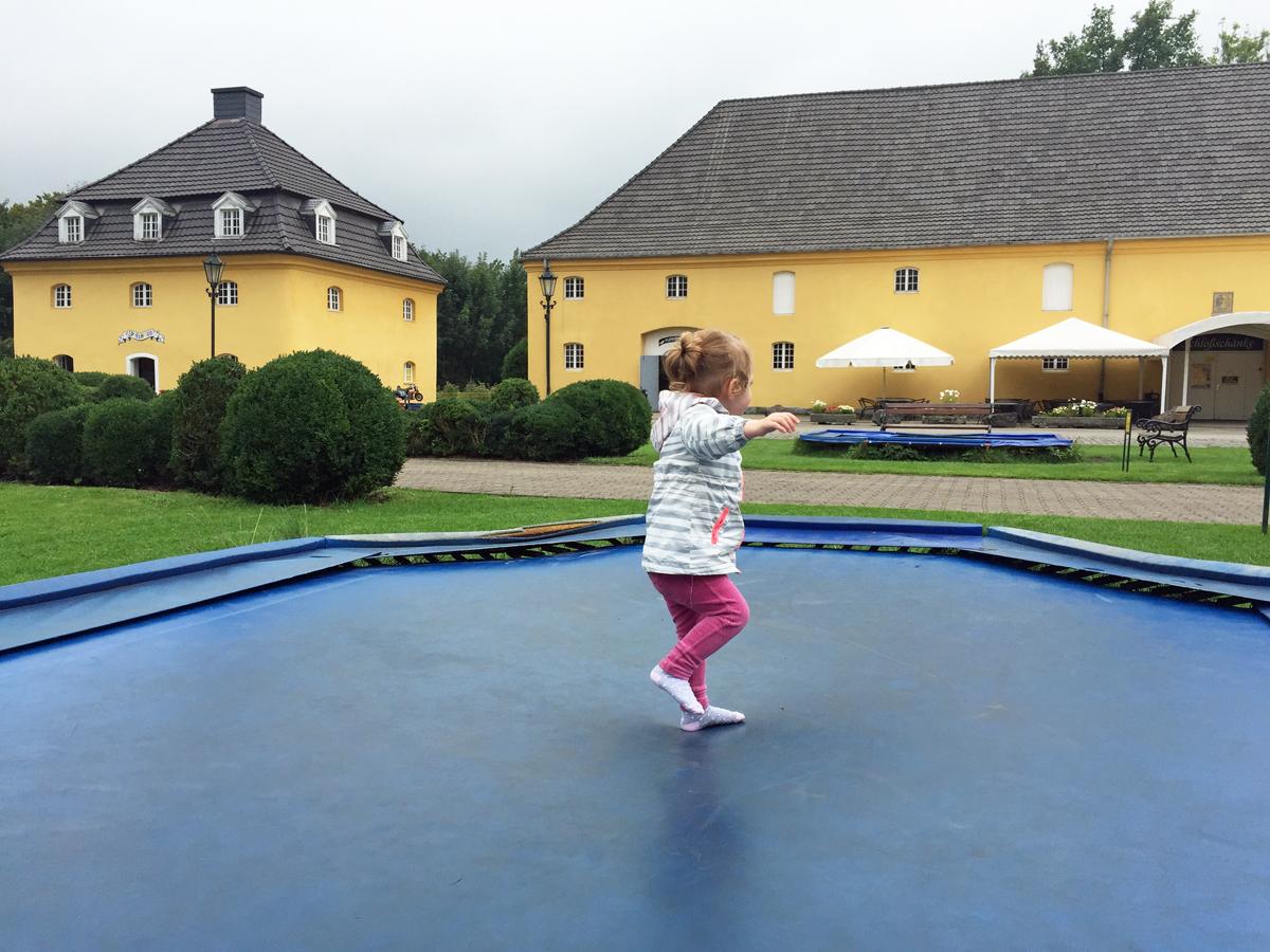 Das Foto zeigt die Tochter der Blogautorin Nina beim Trampolin springen im Freizeitpark Schloss Beck in Bottrop-Kirchhellen.