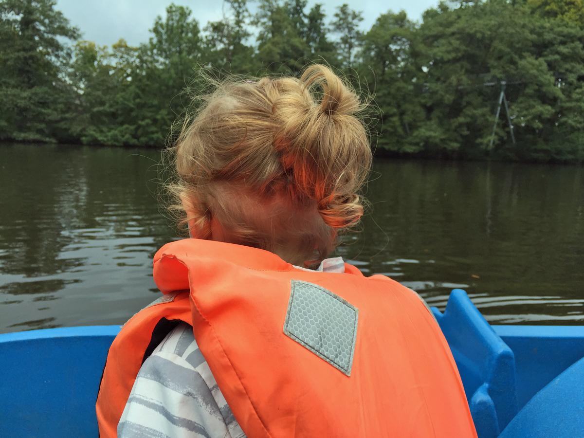 Das Foto zeigt die Tochter der Blogautorin Nina beim Treetboot fahren im Freizeitpark Schloss Beck in Bottrop-Kirchhellen.
