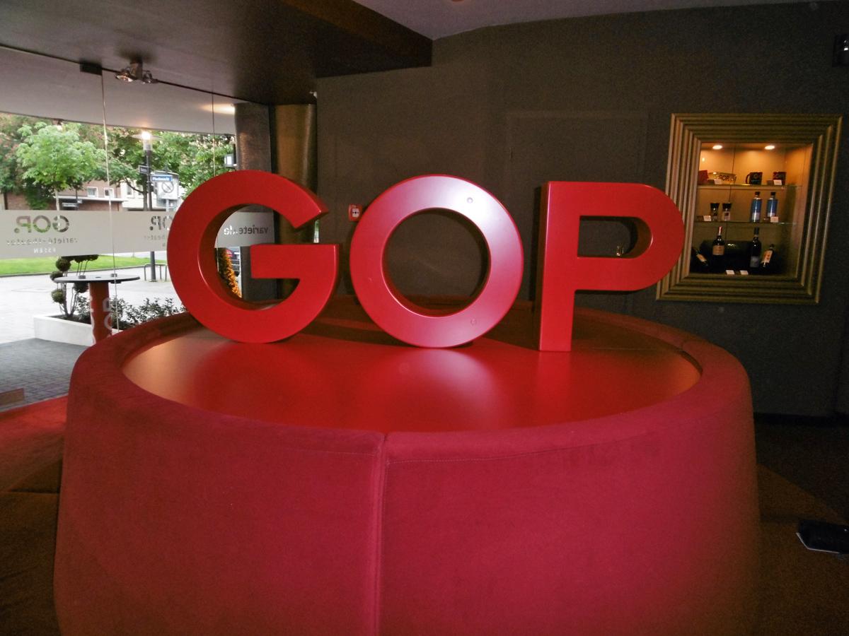 Das Foto zeigt ein rotes Polster mit der Aufschrift GOP im Foyer des GOP Varieté-Theater Essen.
