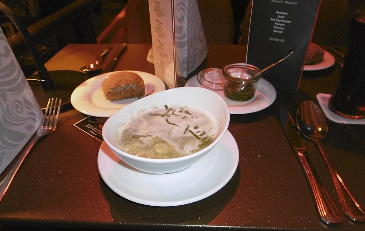 Das Foto zeigt die Vorsuppe des Menüs im GOP Varieté-Theater Essen.