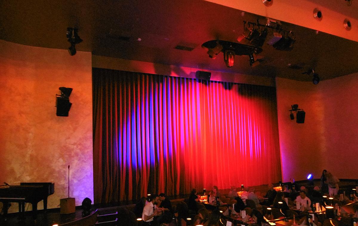 Das Foto zeigt den roten Vorhang im Saal des GOP Varieté-Theater Essen.