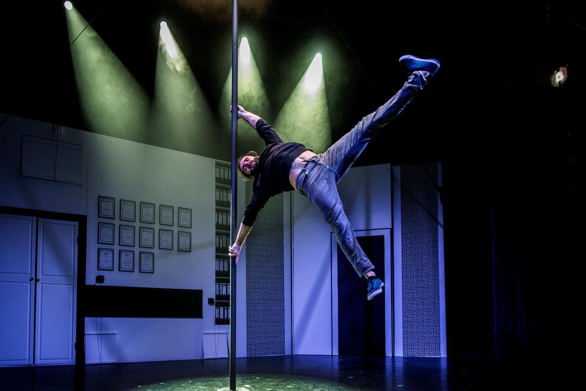 """Das Foto zeigt den Artisten Alessandro Di Sazio an der Pole in der Show """"KAWUMM"""" im GOP Varieté-Theater Essen."""