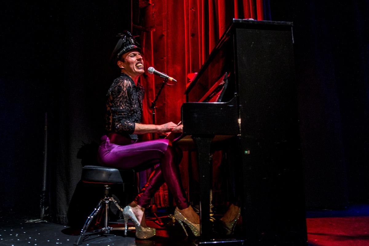 """Das Foto zeigt den Paradiesvogel Jack Woodhead beim Singen in der Show """"KAWUMM"""" im GOP Varieté-Theater Essen."""