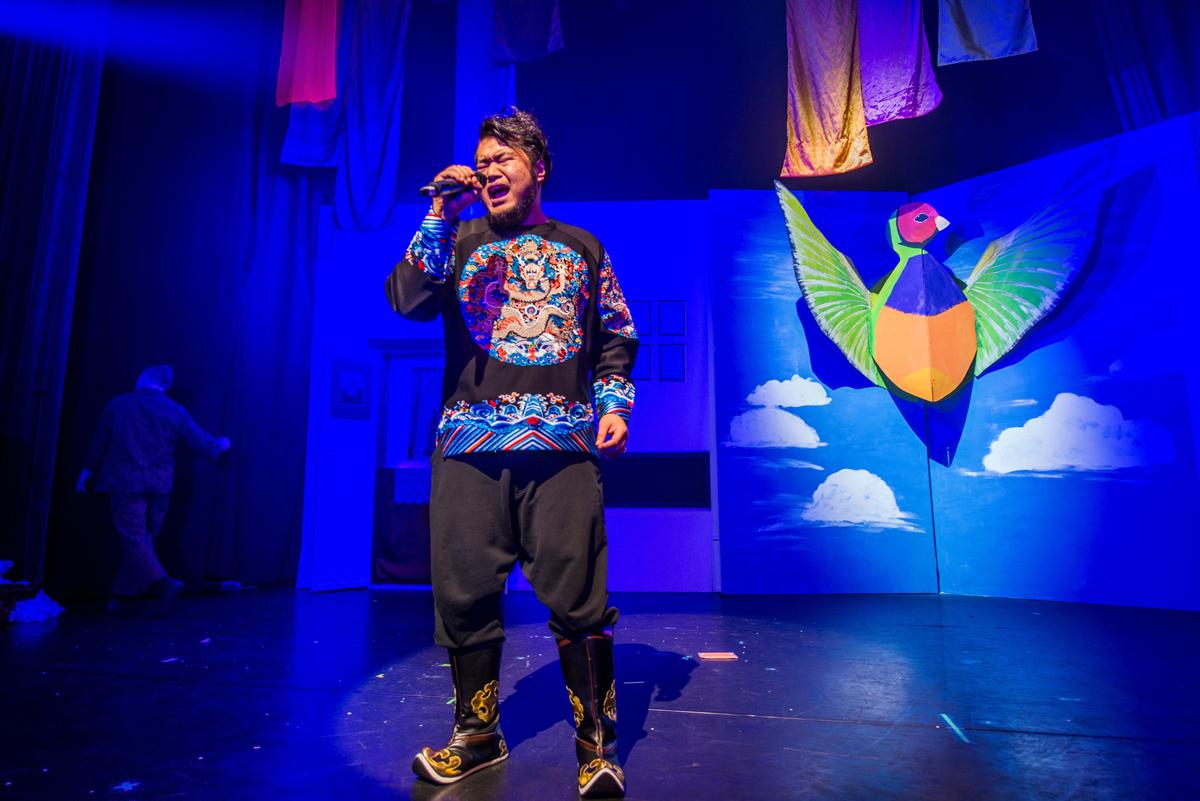 """Das Foto zeigt Ye Fei, der mit seiner fantastischen Stimme in der Show """"KAWUMM"""" im Gop Varieté-Theater Essen singt."""
