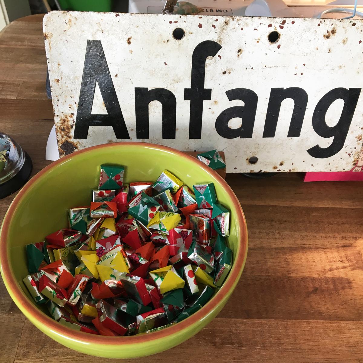 Das Foto zeigt eine Schüssel voll Bonbons im Café Fräulein Coffea in Bochum-Ehrenfeld.