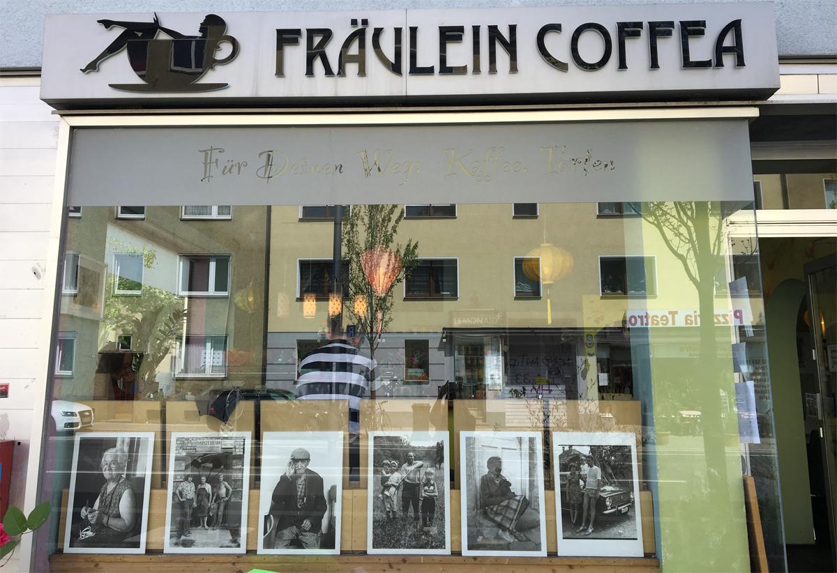 Das Foto zeigt das Café Fräulein Coffea in Bochum-Ehrenfeld von außen.