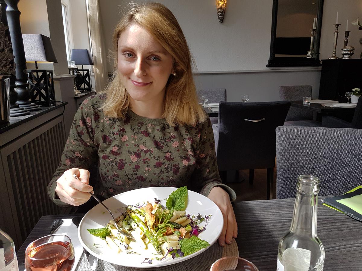 """Das Foto zeigt Katalina, die Autorin des Blogartikels beim Essen der """"Spargel-Kokos-Pasta"""" im """"Petersilchen"""" in Xanten."""