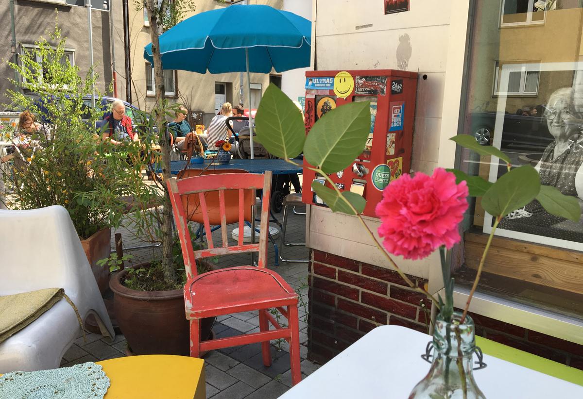 Das Foto zeigt des Außenbereich des Cafés Fräulein Coffea