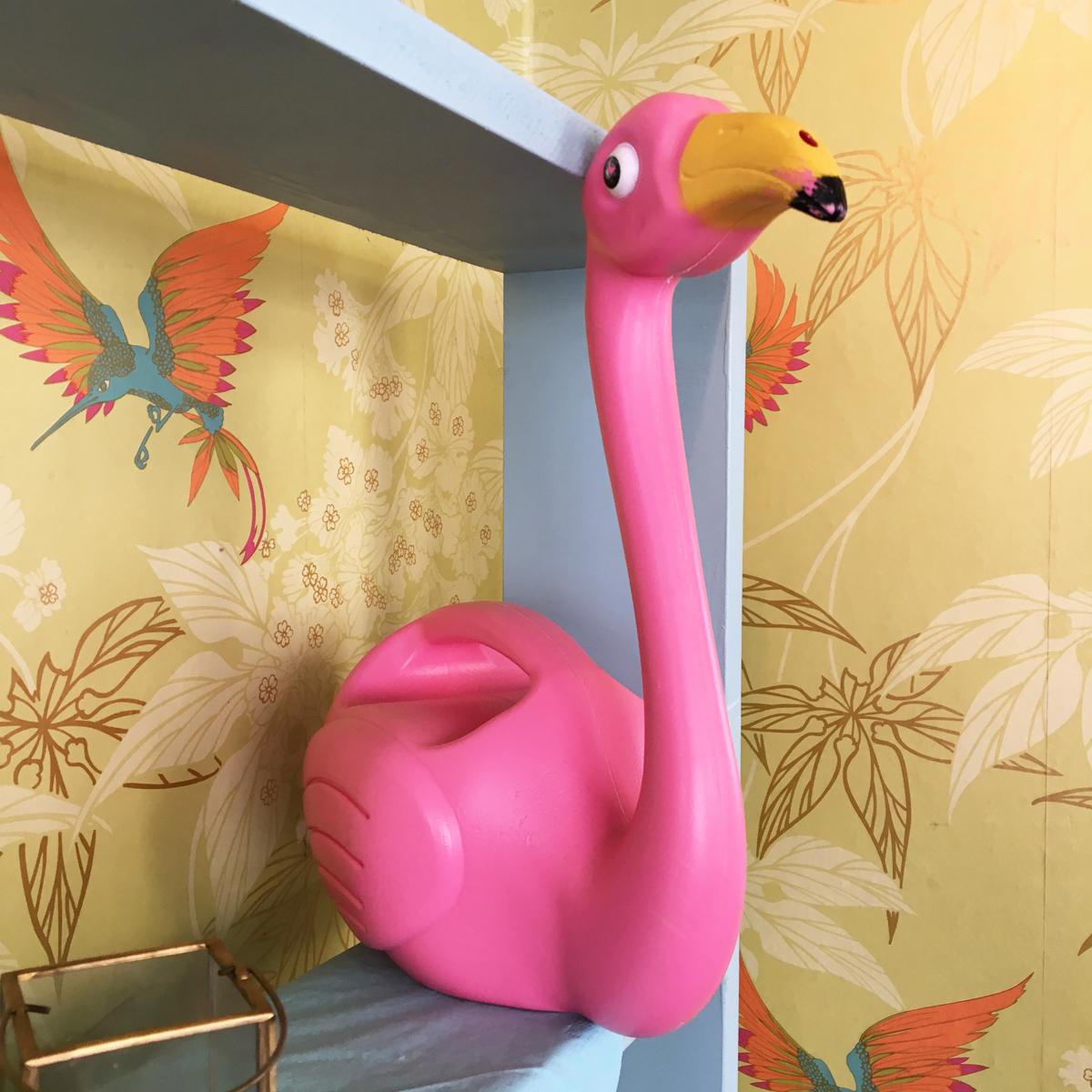 Das Foto zeigt einen pinken Deko-Flamingo im Cafés Fräulein Coffea in Bochum-Ehrenfeld.