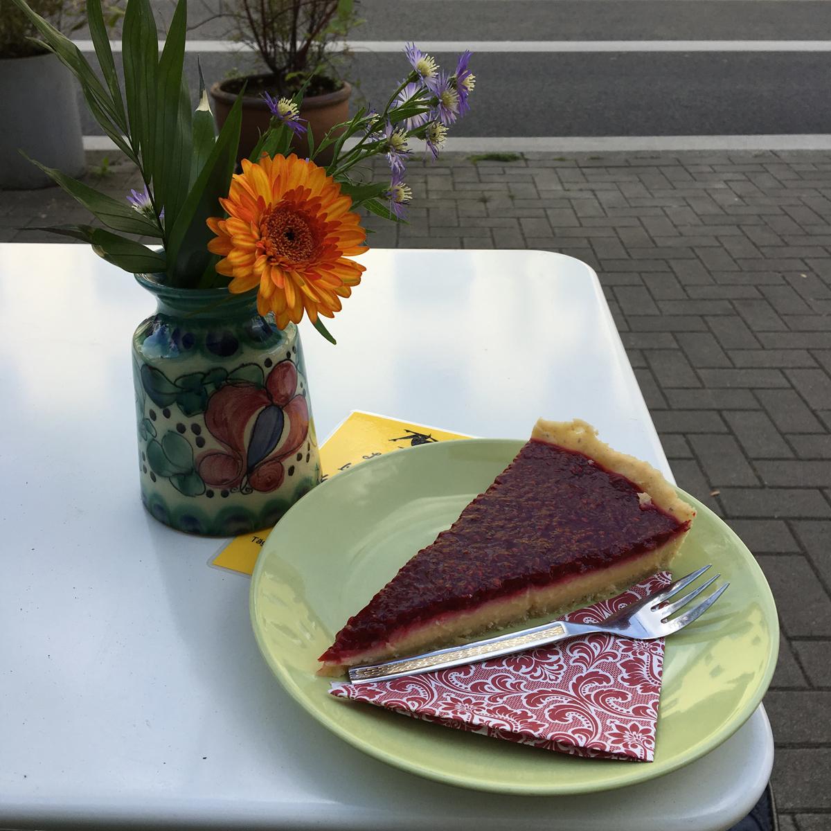 Das Foto zeigt ein Stück Himbeer-Tarte im Café Fräulein Coffea.