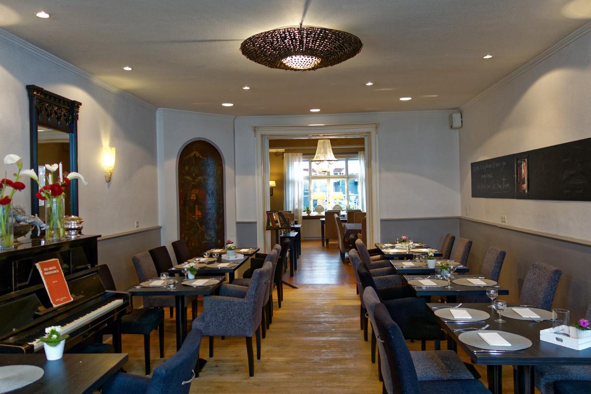 """Das Foto zeigt den gemütlichen Innenraum des Restaurants """"Petersilchen"""" in Xanten."""
