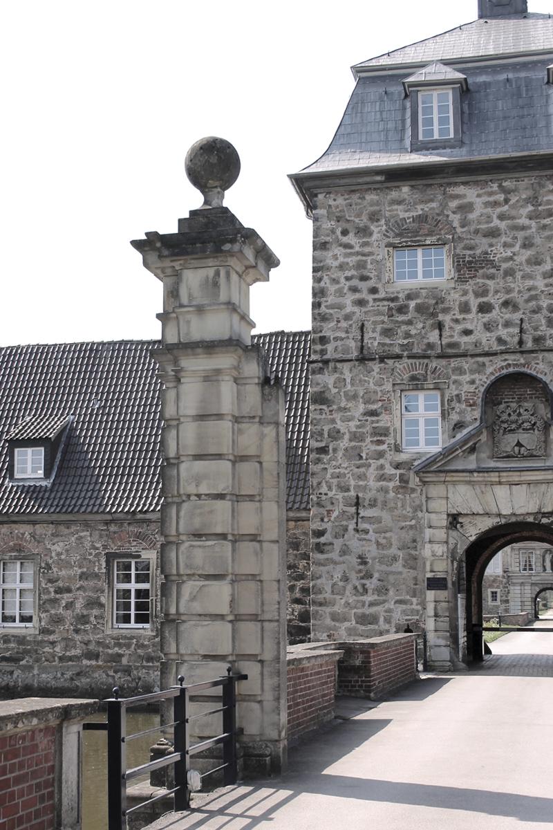 Das Foto zeigt die Zufahrt zum Schloss Lembeck in Dorsten.