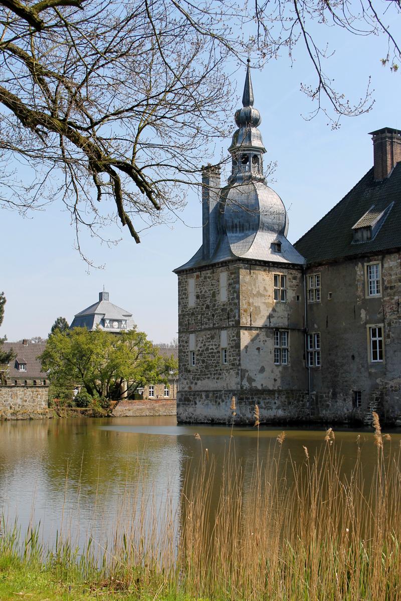 Das Foto zeigt den Wassergrabe des Schloss Lembeck in Dorsten.