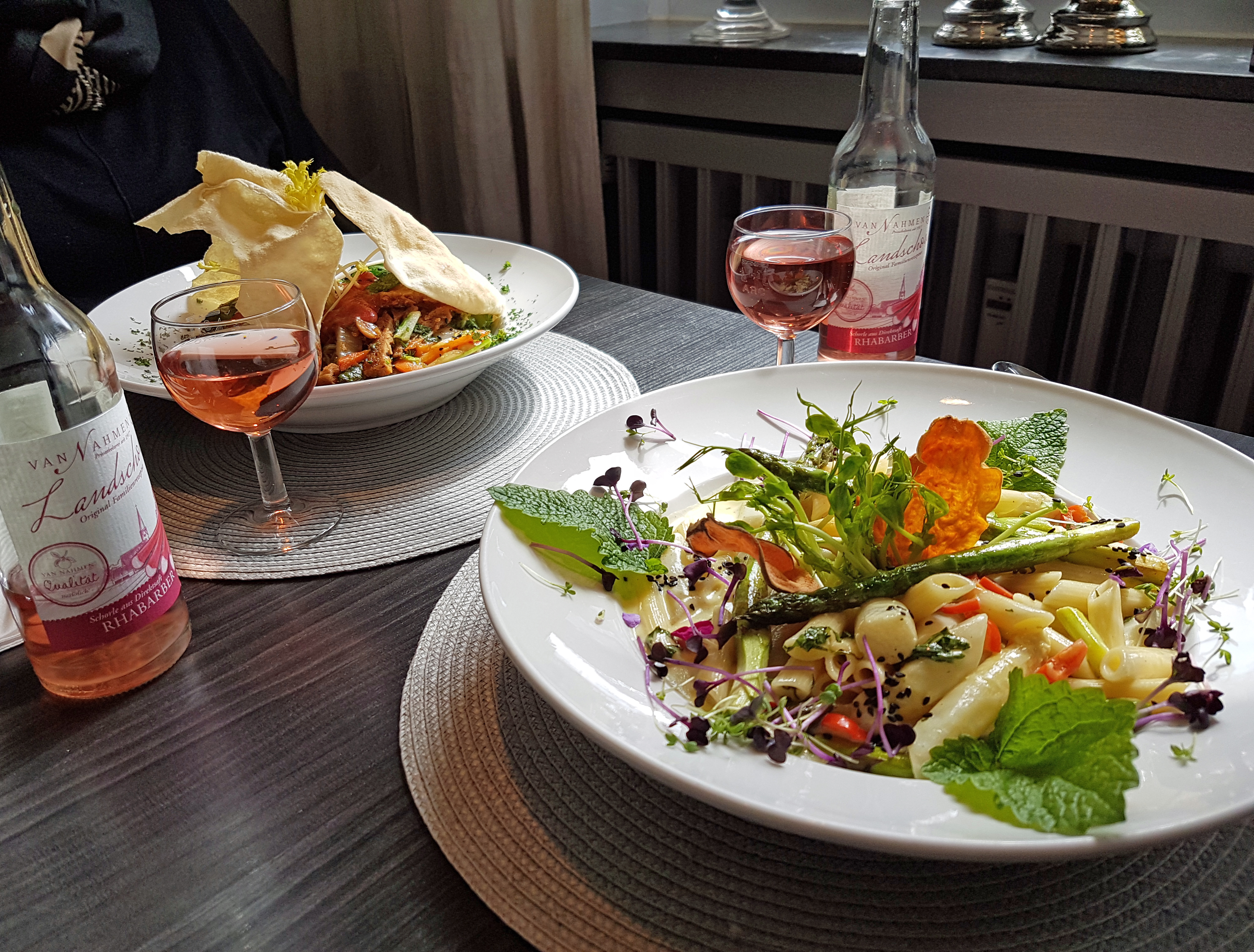 """Das Foto zeigt die Spargel-Kokos-Pasta und den Bangkok-Wok im """"Petersilchen"""" in Xanten."""