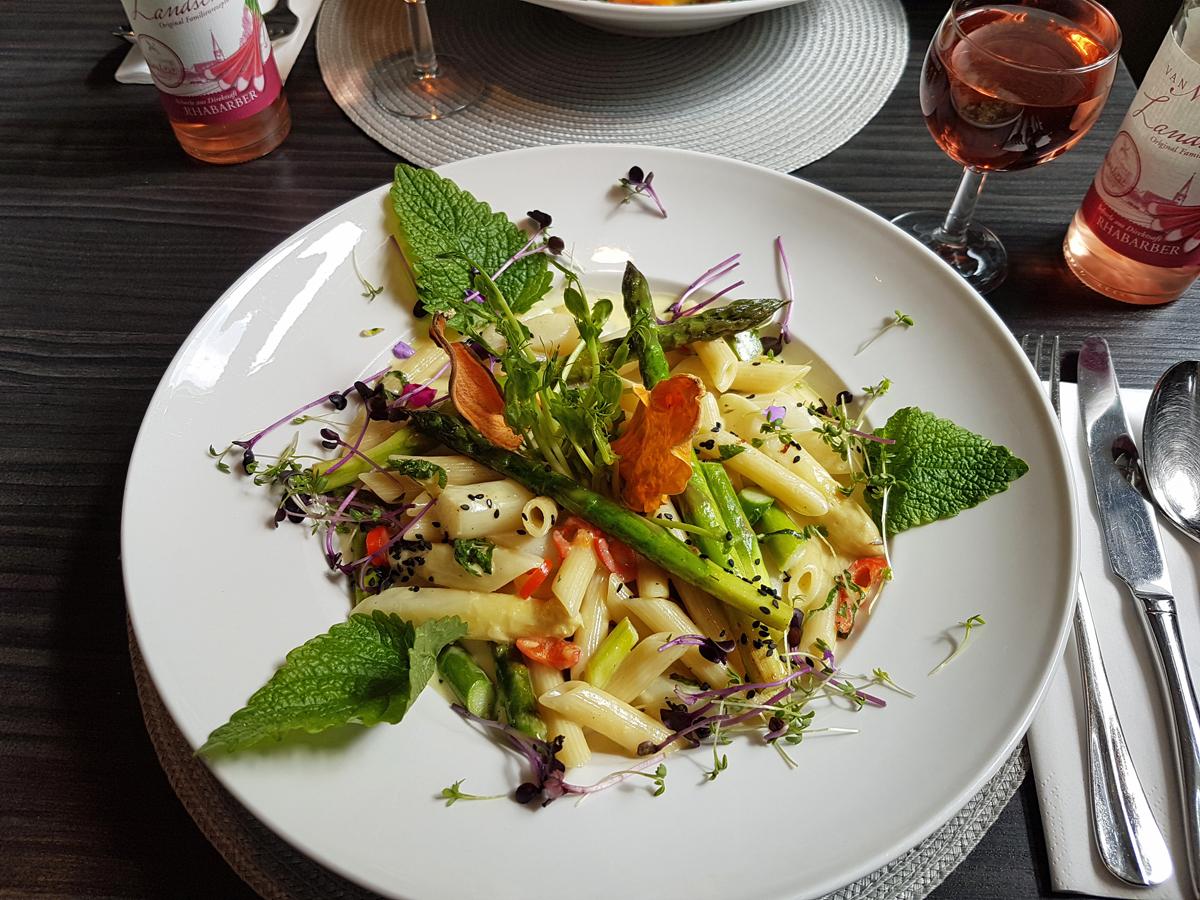 """Das Foto zeigt die Spargel-Kokos-Pasta im """"Petersilchen"""" in Xanten."""