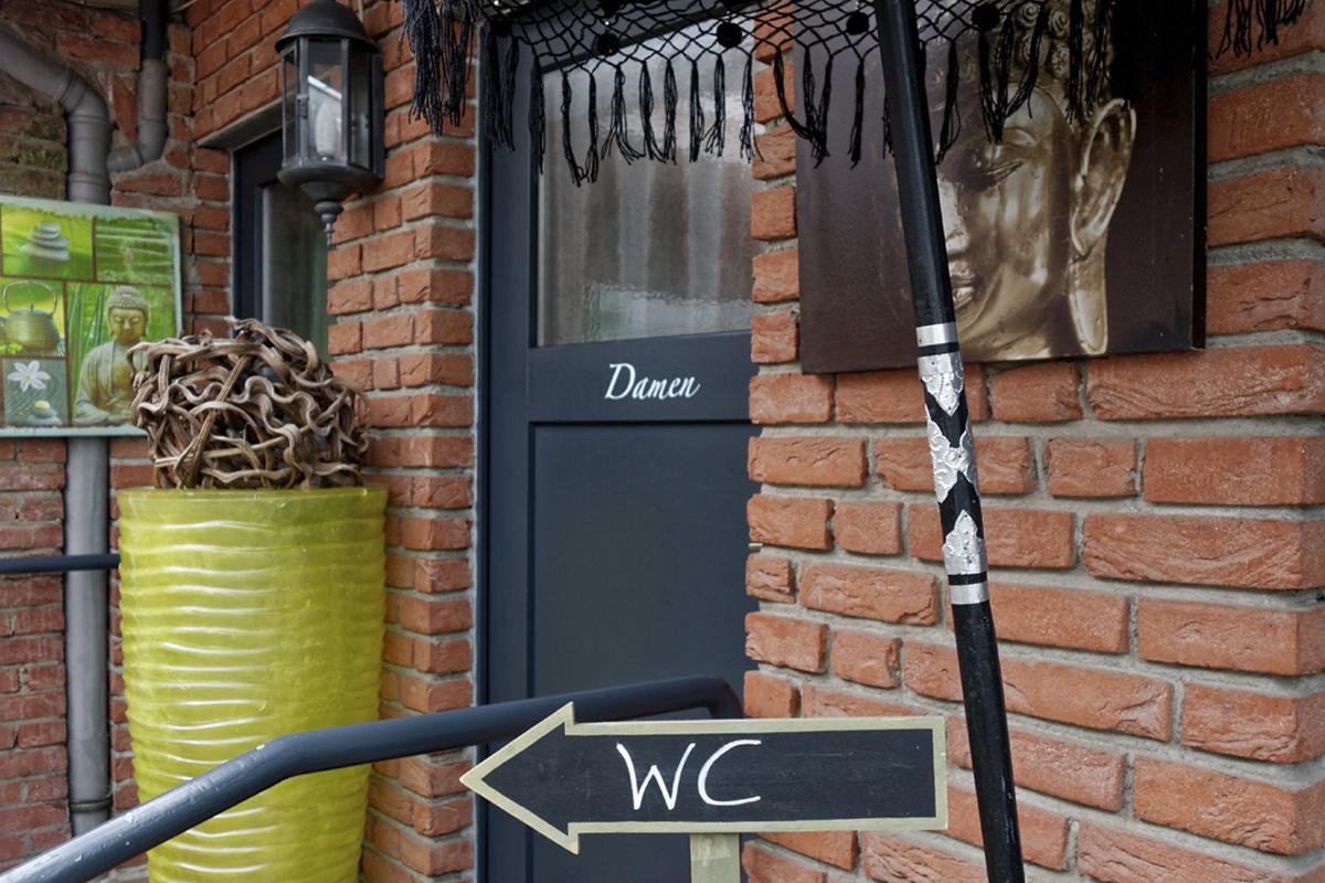 """Das Foto zeigt den außergewöhnlichen Hinterhof mit Zugang zu den WCs des Restaurants """"Petersilchen"""" in Xanten."""