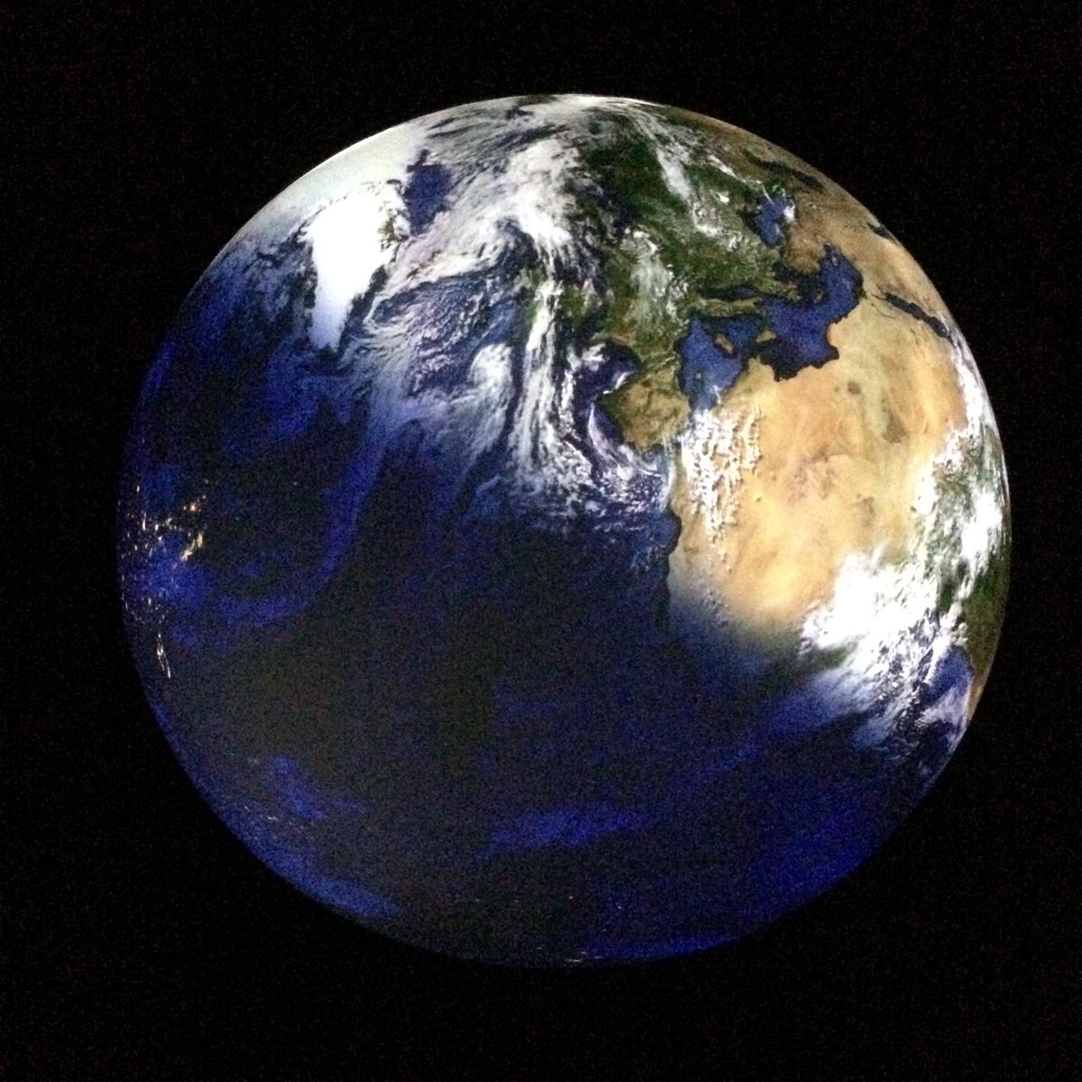 """Das Foto zeigt die beeindruckende Installation unserer Erde in der Ausstellung """"Wunder der Natur"""" im Gasometer Oberhausen."""