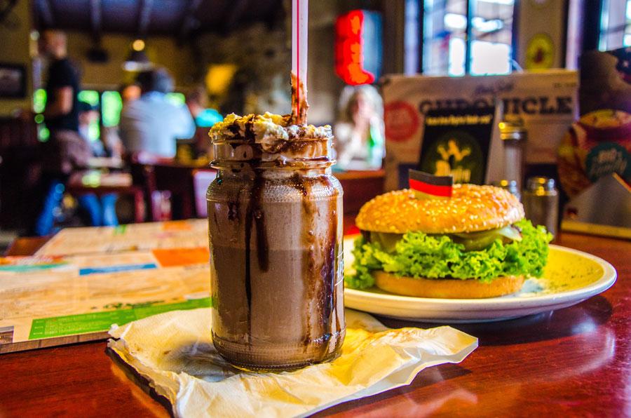 Das Foto zeigt den Milchshake und Burger im Road Stop Dortmund