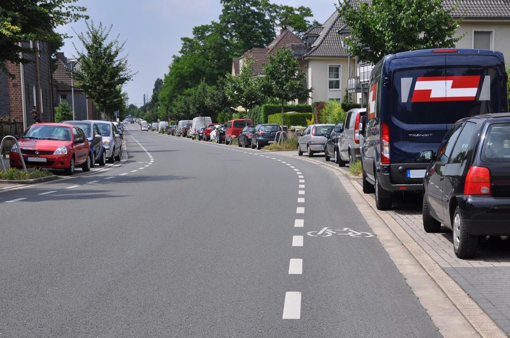 Das Foto zeigt den Radweg des radrevier.ruhr vor der Zeche Sterkrade in Oberhausen.