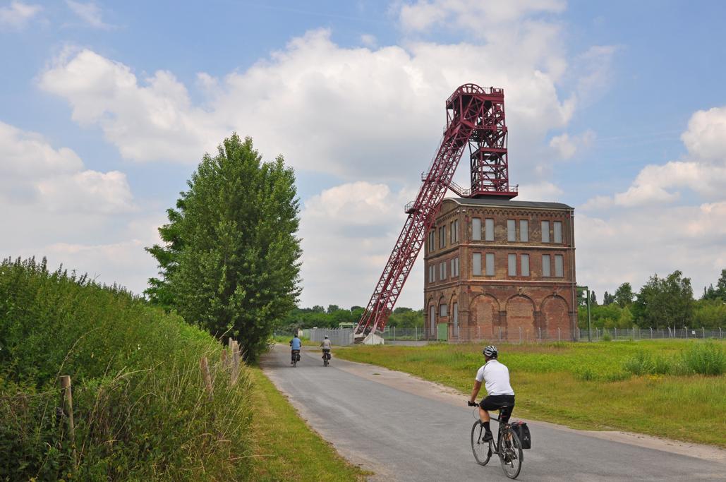 Das Foto zeigt den Radfahrer auf dem radrevier.ruhr Weg entlang der Zeche Sterkrade in Oberhausen.