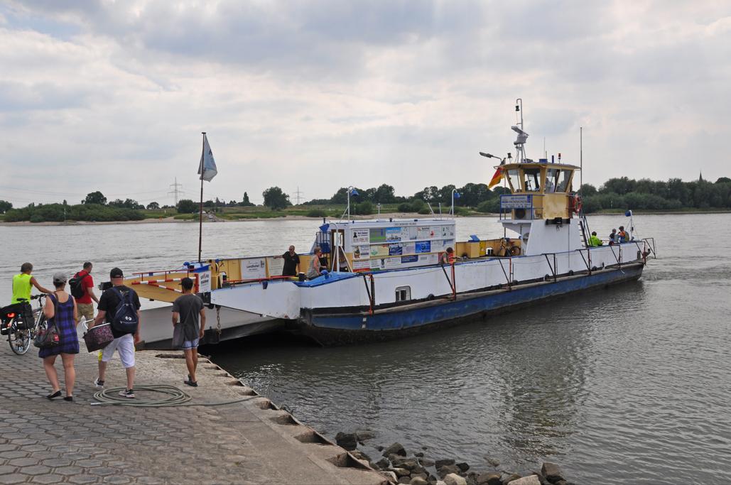 Das Foto zeigt die Fähre Orsoy auf dem Rhein.