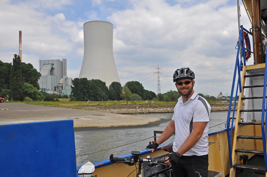 Das Foto zeigt die Fahrt auf der Fähre Orsoy über den Rhein und die Industriekultur auf diesem Weg.