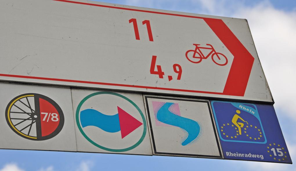 Das Foto zeigt die Ausschilderungen der Strecke im radrevier.ruhr entlang des Rheins.