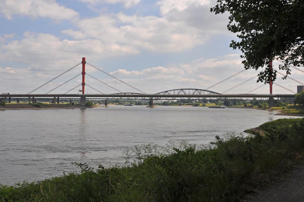 Das Foto zeigt die vielen verschiedenen Brücken in Duisburg, die man von der radrevier.ruhr Strecke aus sehen kann.