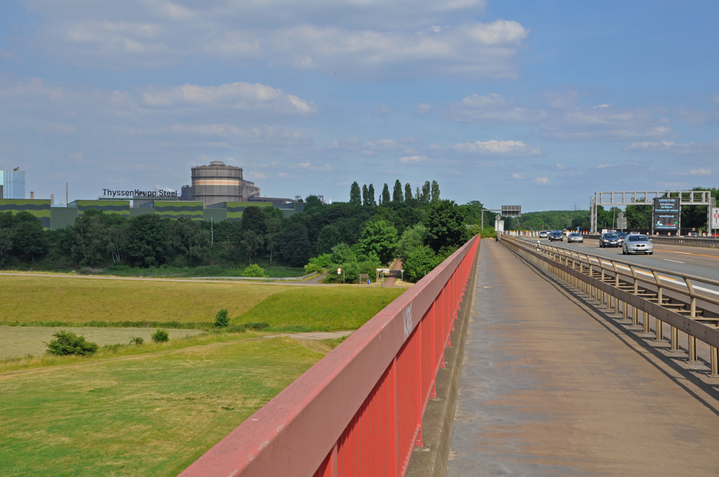 Das Foto zeigt die Radstrecke auf der Autobahnbrücke Richtung Duisburg.