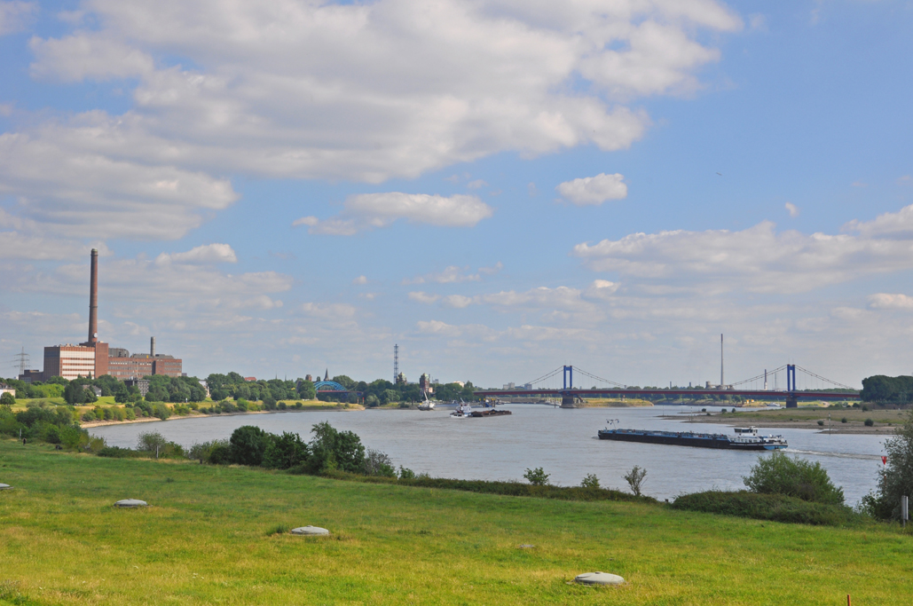 Das Foto zeigt den Ausblick von der Radstrecke auf den Rhein bei Duisburg.