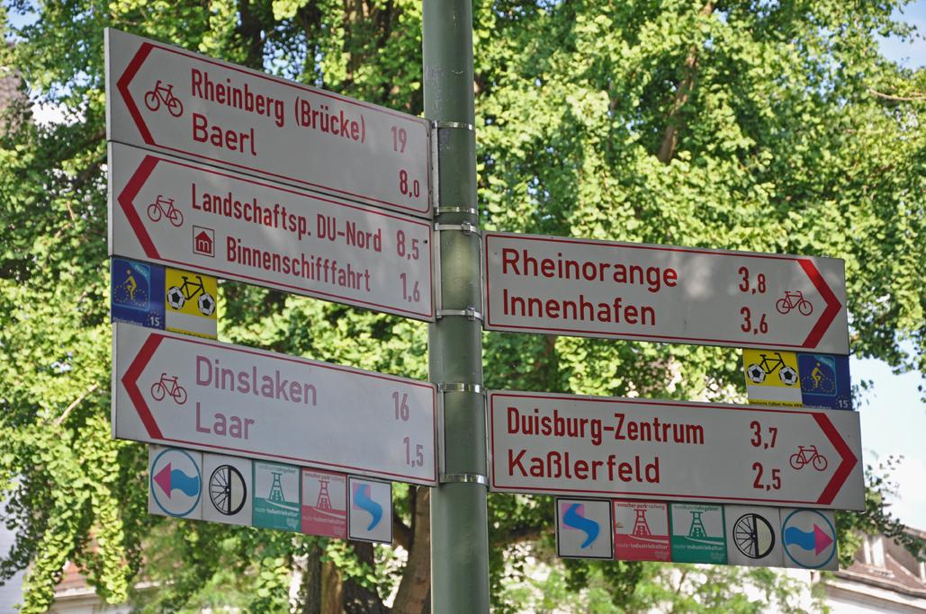 Das Foto zeigt die vielen Ausschilderungen zur Radroute in Duisburg.