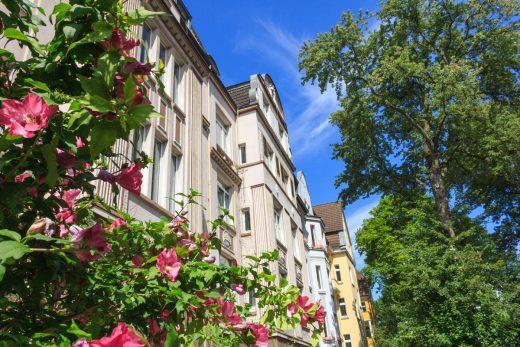 Das Foto zeigt die Fassaden von drei Altbauwohnungen im Kreuzviertek in Dortmund.