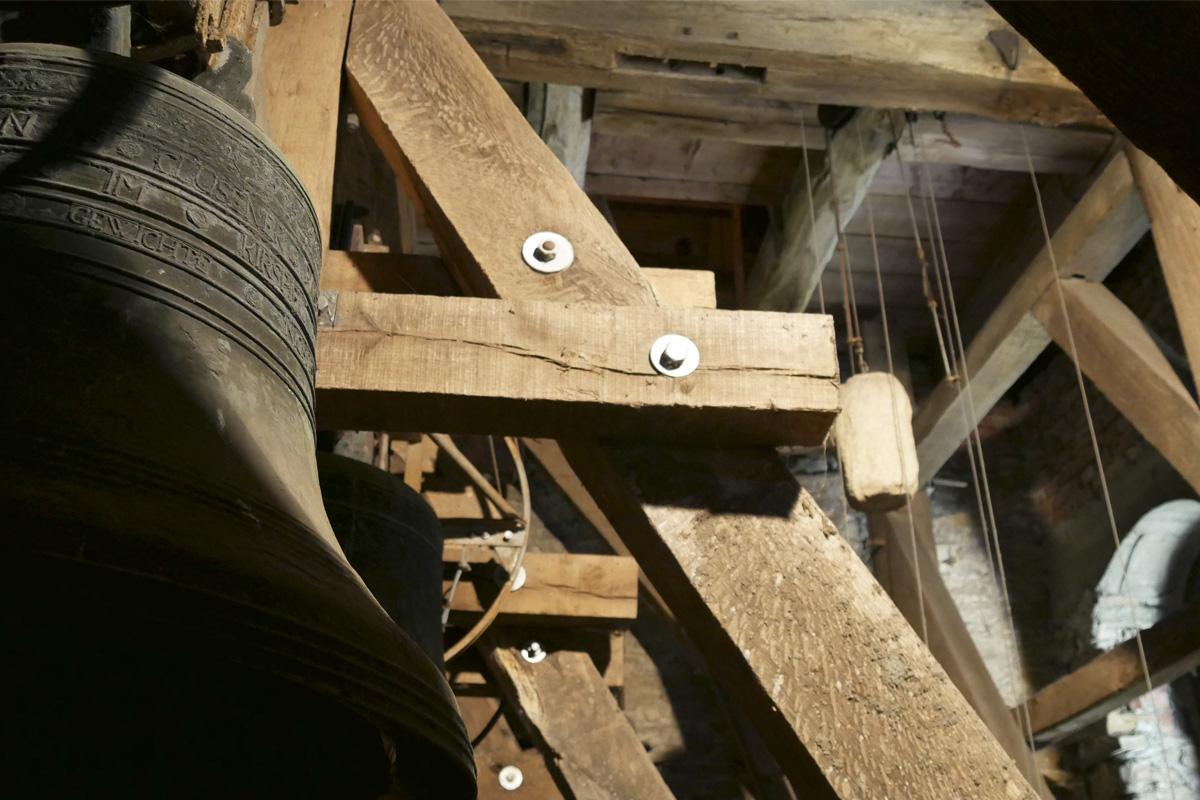Das Foto zeigt den Kirchturm der Evangelischen Pfarrkirche in Hamm-Uentrop mit Glocke von innen.