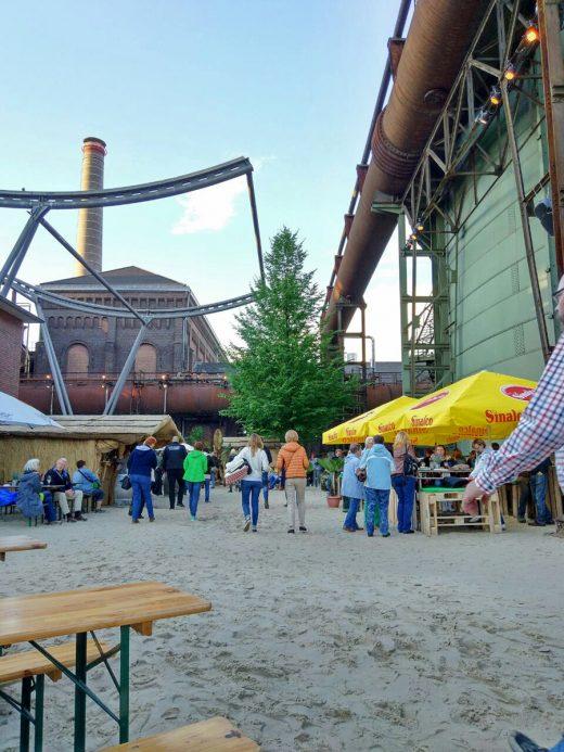 Das Bild zeigt die Industriekulisse im Sommerkino