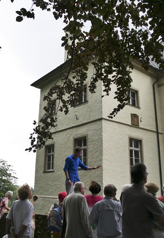 Das Foto zeigt den Guide der Extratour, wie er die Architektur der Evangelischen Pfarrkirche in Hamm-Uentrop veranschaulicht.