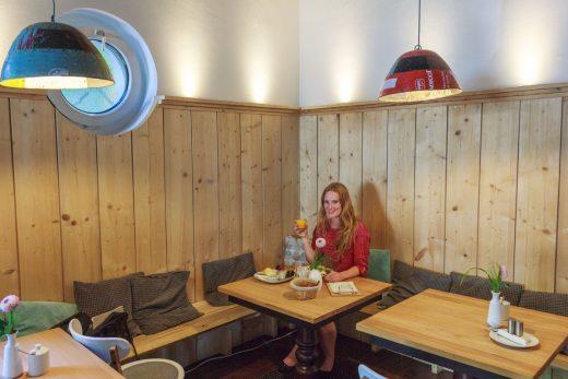 Das Foto zeigt die Bloggerin Rebecca Schirge im Café Froilein Meier im Dortmunder Kreuzviertel