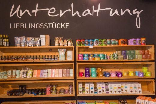 Das Foto zeigt das Angebot des Ladens Unterhaltung Lieblingsstücke im Dortmunder Kreuzviertel