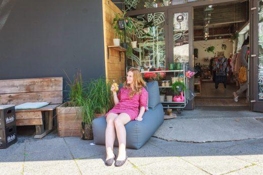 Das Foto zeigt die Bloggerin Rebecca im Sitzsack vorm Laden Unterhaltung Lieblingsstücke im Kreuzviertel in Dortmund